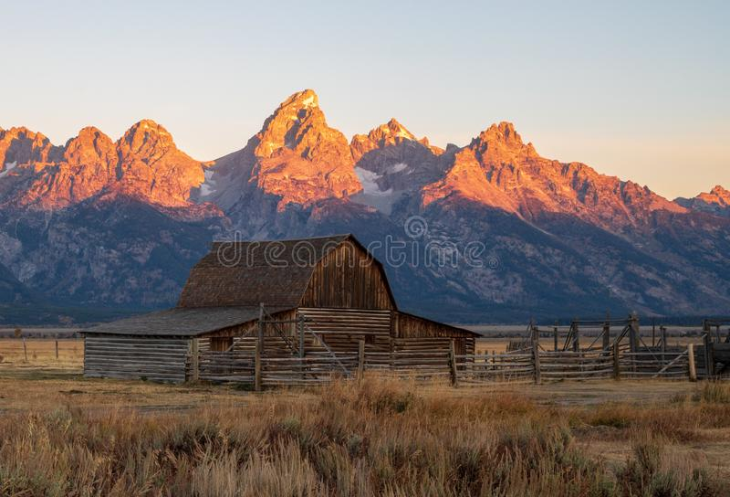 Moulton-Scheune und Teton-Berge als die Sonnenaufgänge lizenzfreie stockfotos