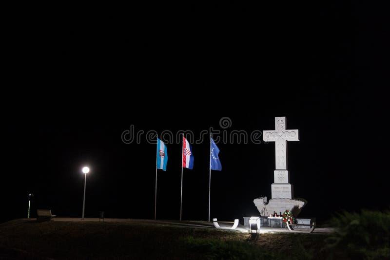 Moument ha dedicato alle protezioni di Vukovar nella guerra della patria di 1991-1995, fatta di un incrocio cristiano fotografia stock