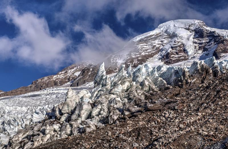 Mounain avec la neige, la glace et les nuages photo stock