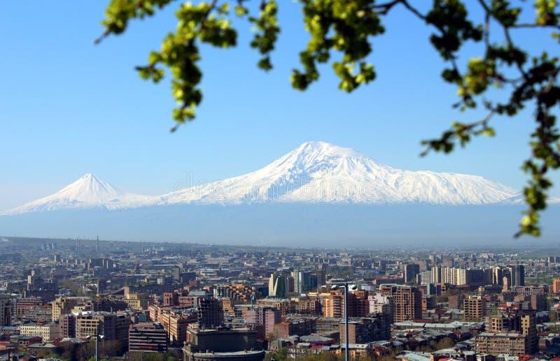 Mount Ararat och Yerevan stad royaltyfria foton