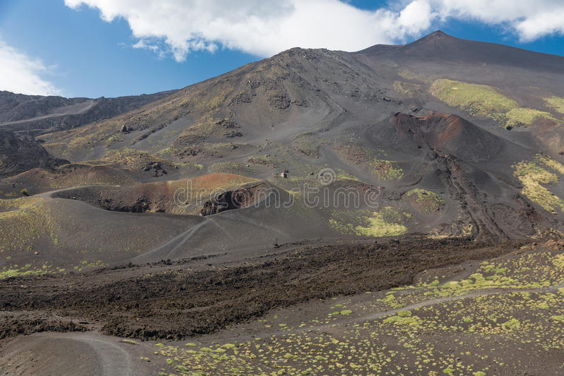 Mount Etna med krater och överförde till fast form lavaflöden på Sicilien, Italien arkivfoton