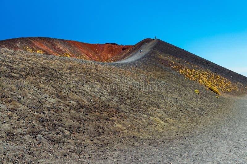 Mount Etna Sicilien, Italien: Folket g?r p? kanten av en vulkanisk krater royaltyfri foto