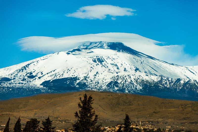 Mount Etna vulkan med snö italy sicily fotografering för bildbyråer