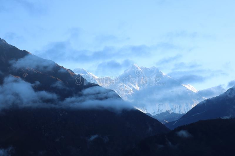 Mount Everest привлекает много альпинистов и опытных альпинистов стоковая фотография