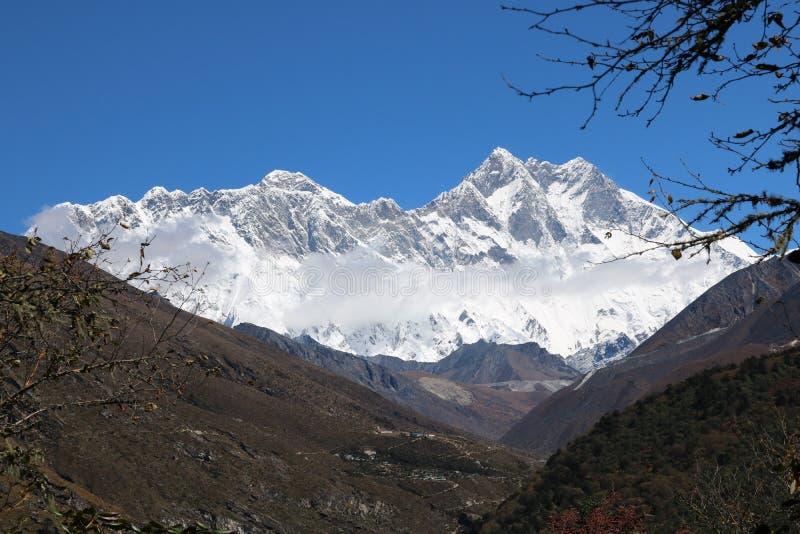 Mount Everest привлекает много альпинистов, некоторые из их сильно испытало альпинистов стоковые фотографии rf