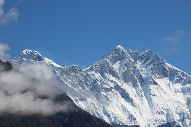 Mount Everest tilldrar många klättrare och högt erfor bergsbestigare royaltyfria bilder