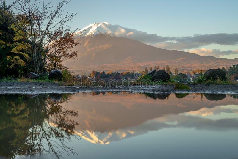 Mount Fuji и озеро Kawaguchi в Yamanashi, Японии стоковые изображения rf
