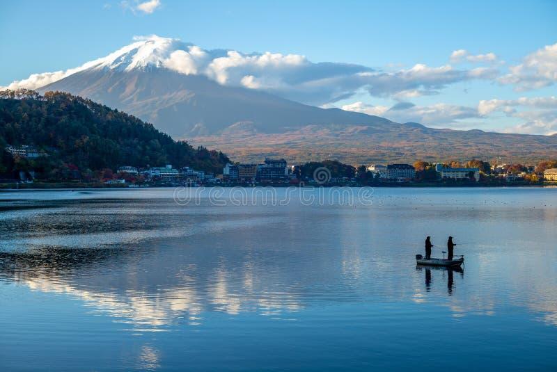 Mount Fuji и озеро Kawaguchi в Yamanashi, Японии стоковое изображение rf