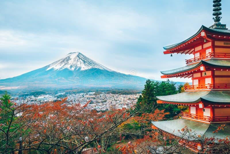 Mount Fuji Chureito pagod i h?st arkivbilder