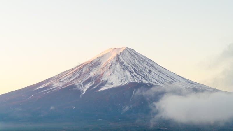 Mount Fuji i höstmorgon på kawaguchikosjön Japan royaltyfria foton