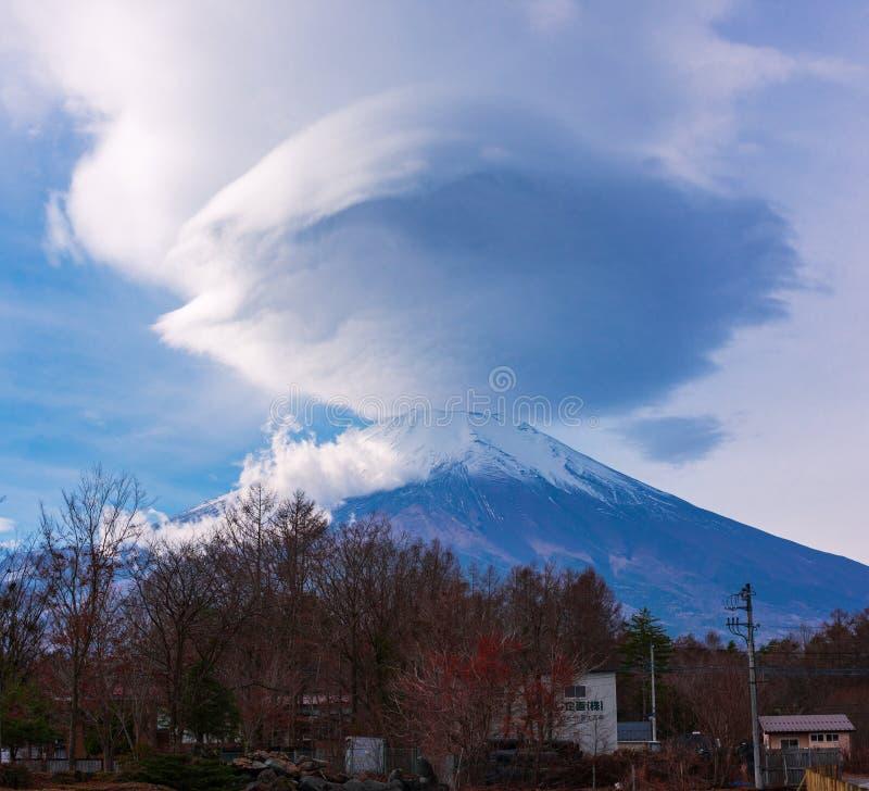 Mount Fuji linsformat moln royaltyfri bild
