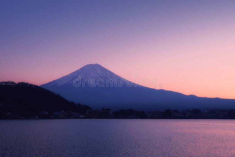 Mount Fuji med den fridsamma sjön Kawaguchi på solnedgången royaltyfria bilder