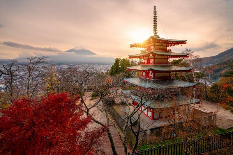 Mount Fuji och Chureito pagod p? soluppg?ng i h?st, Japan royaltyfri bild