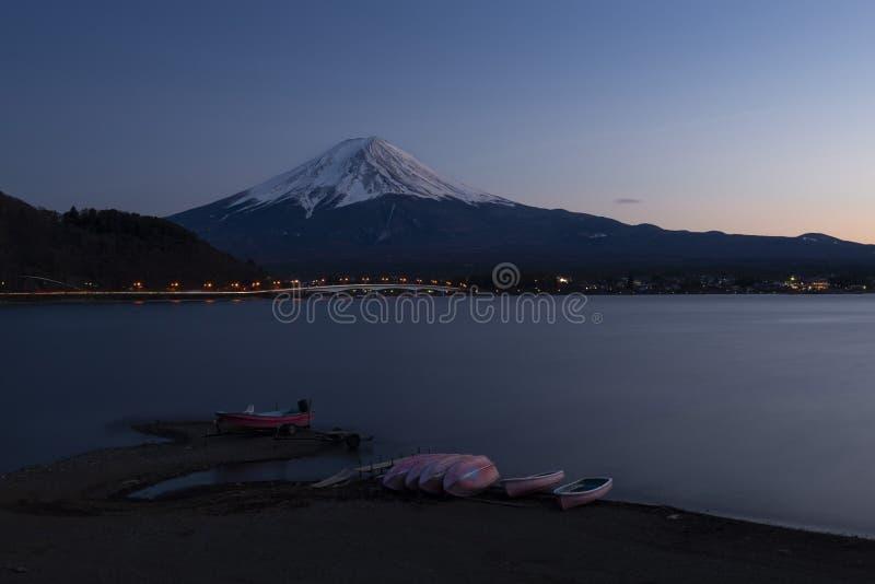 Mount Fuji och sjö Kawaguchi under solnedgång, Japan royaltyfri bild