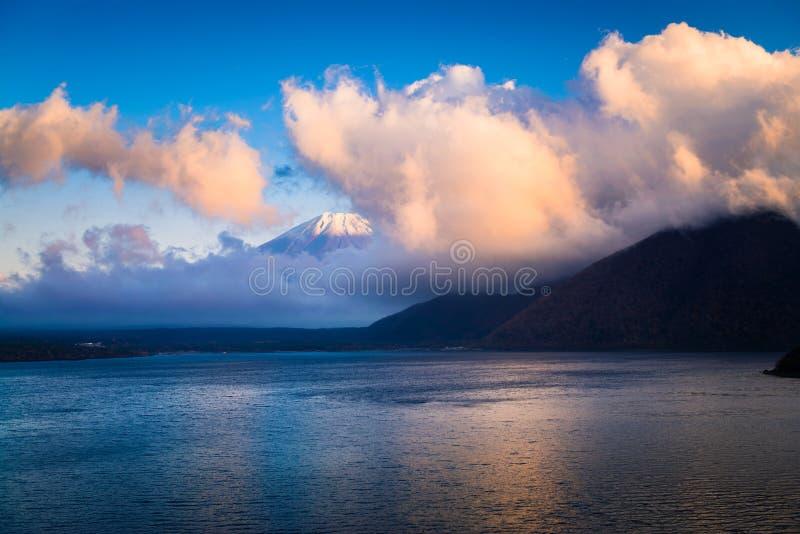 Mount Fuji och sjö Motosu royaltyfria bilder