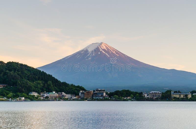 Mount Fuji och solnedgånghimmel på kawaguchikosjön Japan arkivfoton