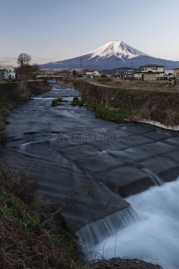 Mount Fuji och vattenström i en liten by, Japan arkivfoton