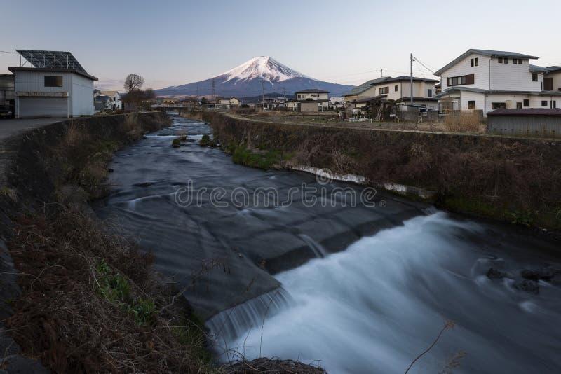 Mount Fuji och vattenstr?m i en liten by, Japan arkivfoton
