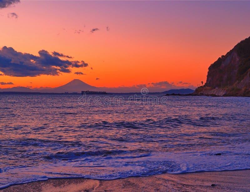 Mount Fuji på solnedgången med kustlinjen och stranden royaltyfri fotografi