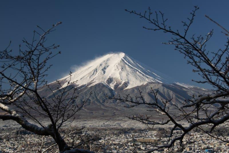 Mount Fuji p? n?rbild med en stad under, Japan arkivbild