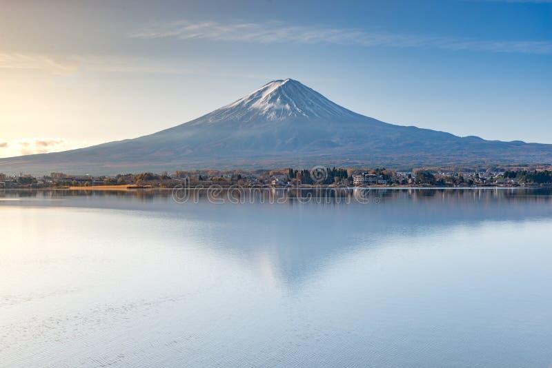 Mount Fuji san i morgonen på sjökawaguchikoen, yamanashi, Japan royaltyfri foto