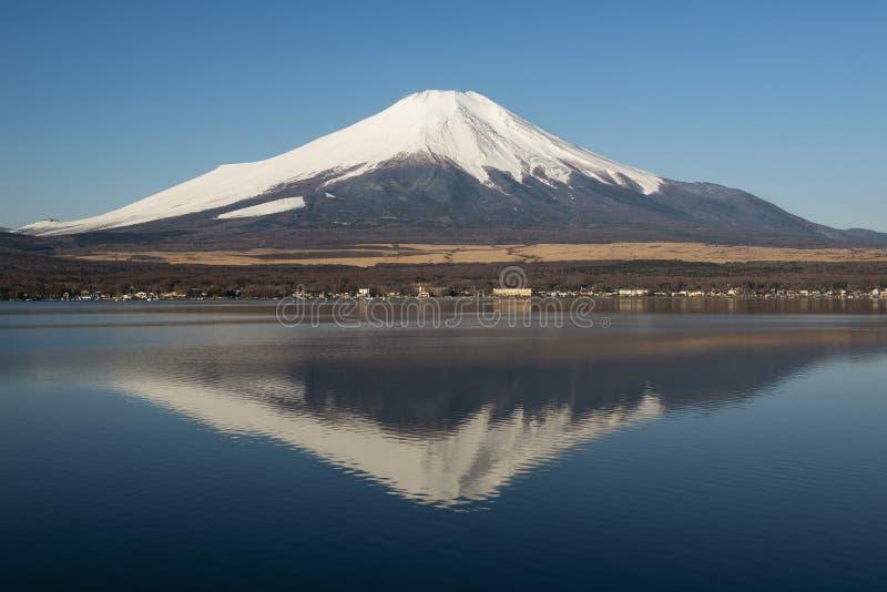 Mount Fuji som ses från sjön Yamanaka i morgonen, Japan arkivbild