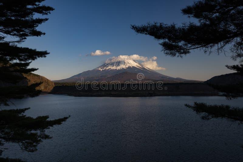 Mount Fuji som ses från sjöshojien, Japan arkivfoton