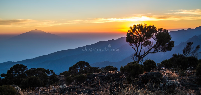 Mount Meru sikt från den Kilimanjaro Machame rutten royaltyfri fotografi