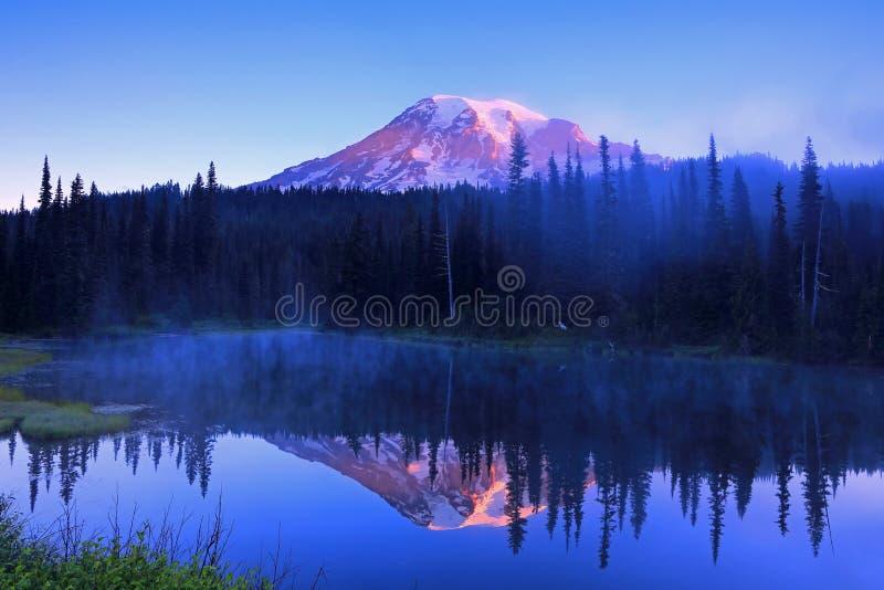 Mount Rainier - озеро отражени стоковое изображение rf