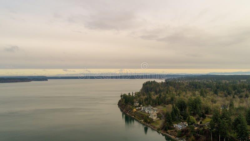 Mount Rainier aan de horizon van boven de Puget Sound in Olympia, Washington royalty-vrije stock afbeeldingen