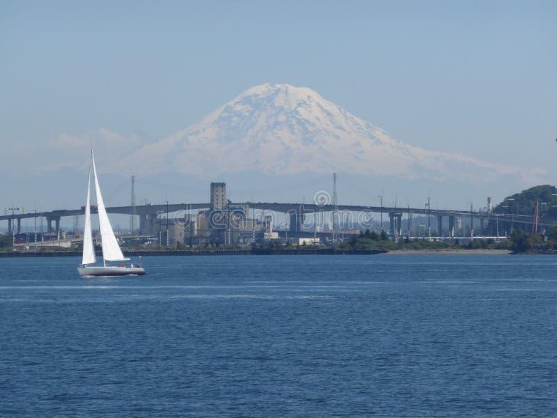 Mount Rainier i Washington är ett iconic berg som är synligt även från Stilla havet royaltyfria bilder