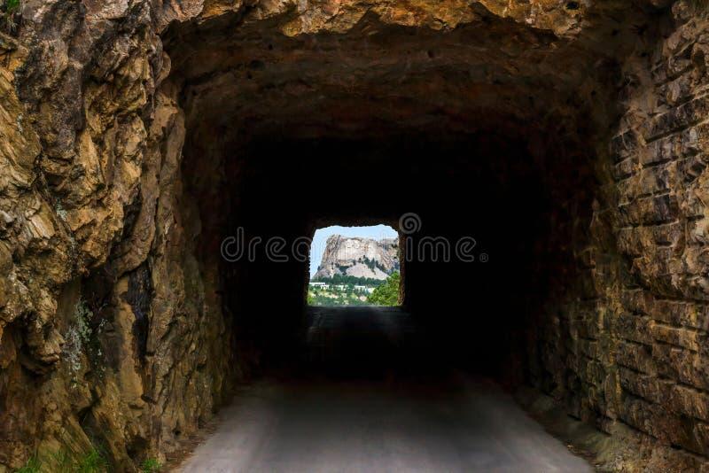 Mount Rushmore обрамило тоннелем на дороге горы утюга в Black Hills Южной Дакоты, США стоковые фотографии rf
