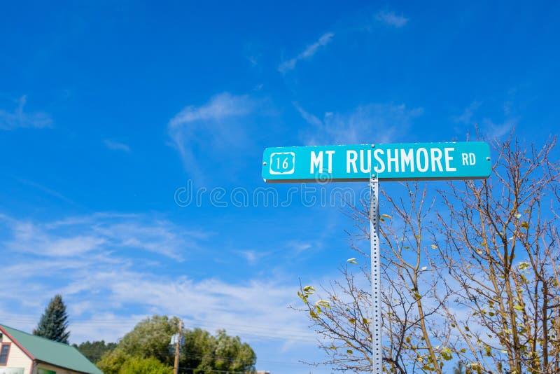 Mount Rushmore gator undertecknar in Custer, South Dakota arkivbilder