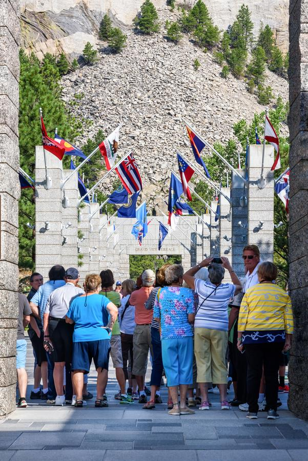 MOUNT RUSHMORE SLUTSTEN, SOUTH DAKOTA, USA - JULI 20, 2017: Grupp av turister som skriver in den Mount Rushmore den nationella mo royaltyfri bild