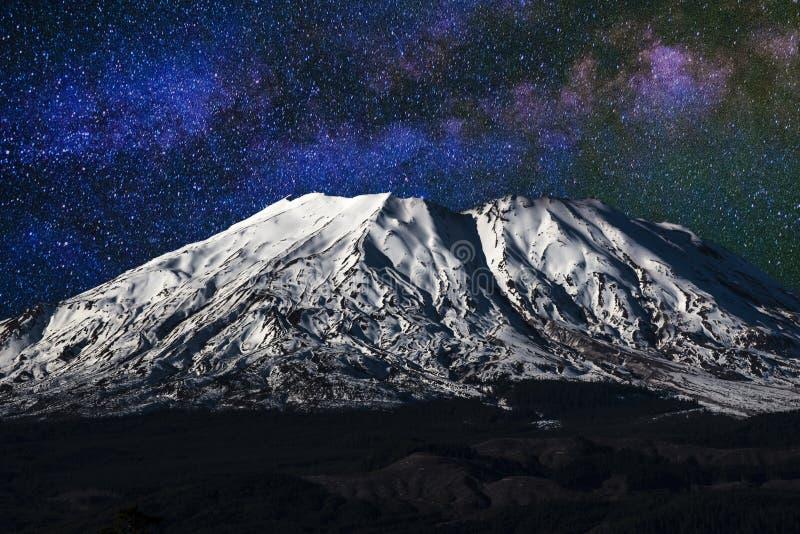 Mount Saint Helens на ноче стоковая фотография rf