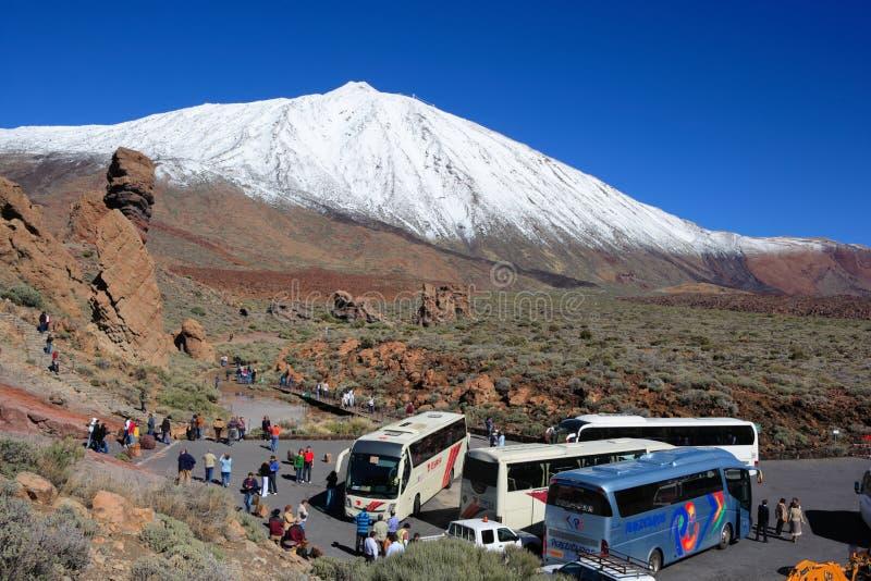 Mount Teide, Spagna - 23 febbraio 2008: parcheggio con autobus e turisti fotografie stock libere da diritti