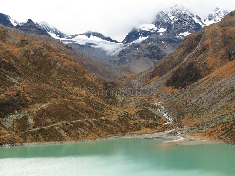 Mountain与冰河小河流入的湖风景 免版税库存照片