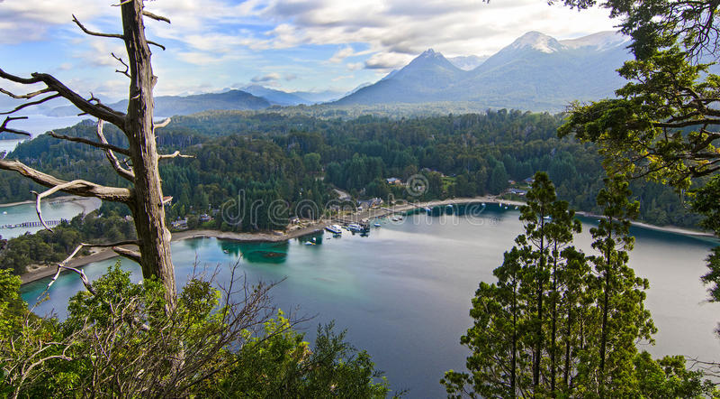 Mountain湖和一点村庄在森林里 免版税库存图片