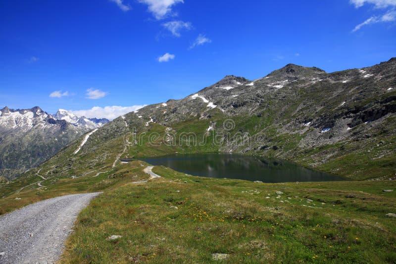 Mountain湖和供徒步旅行的小道 免版税库存图片