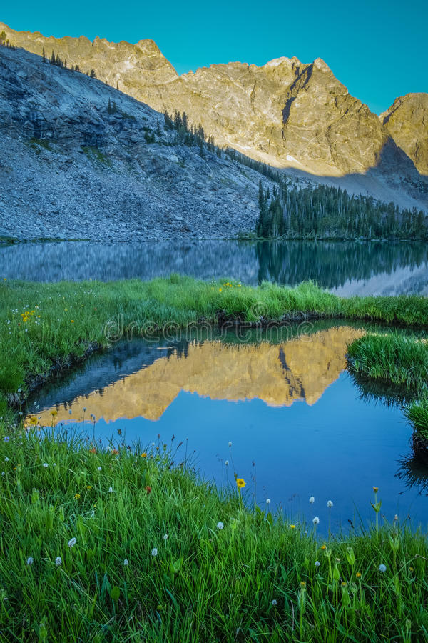 Mountain湖和早晨反射 免版税库存照片
