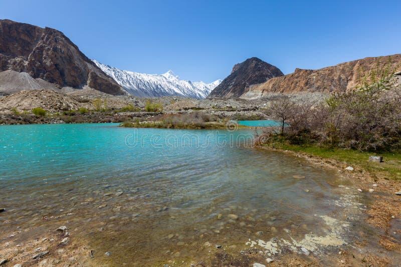 Mountain湖在与天空蔚蓝的好日子下沿喀喇昆仑高速公路在Passu,汉萨区 免版税库存照片