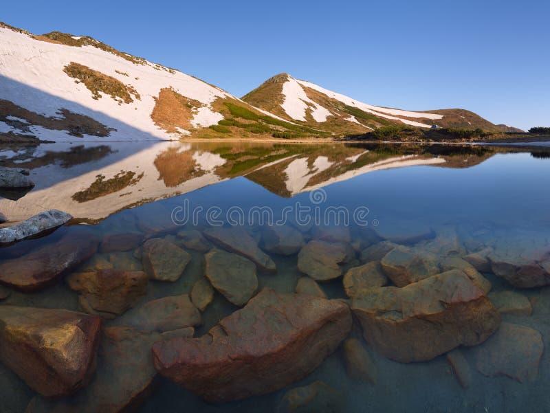 Download Mountain湖在春天 库存照片. 图片 包括有 本质, 季节, 风景, 挂接, 修改, 室外, 夜间 - 72369974