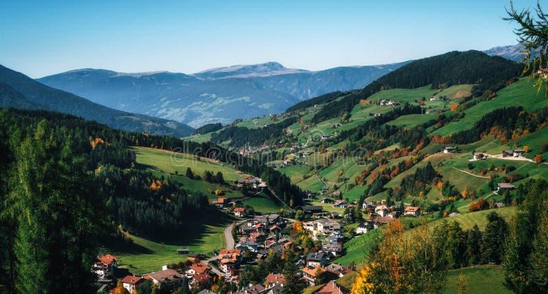 Mountain Alpine Village di Dolomites, Italia fotografia stock
