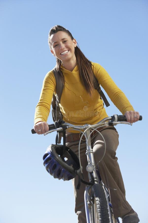 Mountain bike da equitação da jovem mulher fotografia de stock royalty free