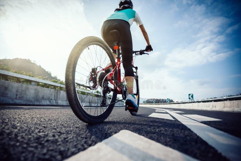 Mountain bike di guida del ciclista della donna fotografia stock libera da diritti