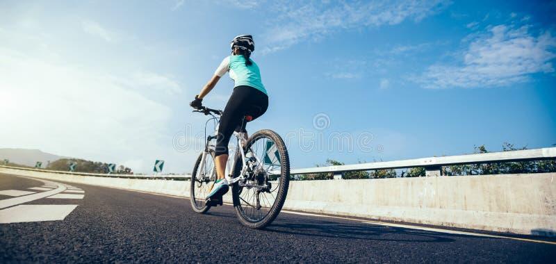 Mountain bike di guida del ciclista sulla strada principale fotografia stock libera da diritti
