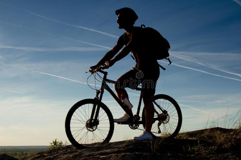 Mountain bike di guida del giovane immagini stock