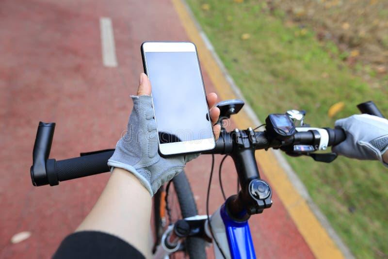 Mountain bike di guida sulla traccia della foresta fotografia stock