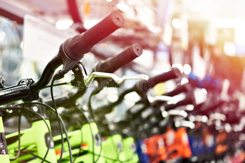Mountain bike modernos na loja fotografia de stock royalty free