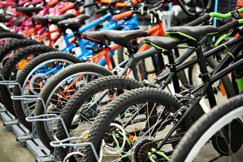 Mountain bike modernos na loja fotos de stock royalty free